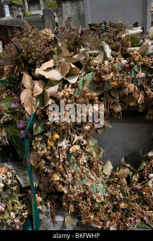 Paris, France, Dead Flowers Wreath on WW1 Tomb, Pere Lachaise Cemetery - Stock Image