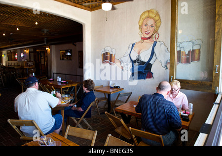 People dining at Auslander Biergarten and Restaurant, Hill Country Fredericksburg, Texas, USA - Stock Image