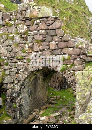 Arched stone bridge entrance to Dunscaith (Dun Scaich) Castle ruins, Tokavaig, Isle of Skye, Scotland, UK. - Stock Image
