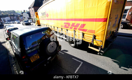 Ashbourne, Derbyshire, UK. 27th Oct, 2017. Parking bays in Ashbourne town centre crate single lane traffic congestion - Stock Image