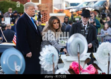 U.S first lady Melania Trump, place a stone from the White House on the memorial of those killed at the Tree of Life Synagogue as President Donald Trump and Rabbi Jeffrey Myers, right, look on October 30, 2018 in Pittsburgh, Pennsylvania. - Stock Image