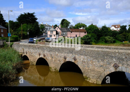 Topsham, Devon, UK. The Bridge Inn pub with the River Exe in the foregroun - Stock Image