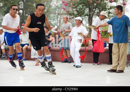 People rollerblading in Shuishang Park, Tianjin, China. - Stock Image