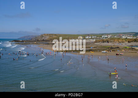 Bude, Cornwall, UK. Holidaymakers enjoy the summer heat and the sea. Summerleaze beach in the foreground and Crooklets beach in the background - Stock Image