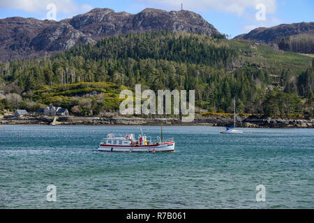 """Tourist boat """"Sula Mhor"""" crossing Loch Carron with distant crags in background from Plockton Village, Highland Region, Scotland - Stock Image"""