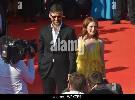 Karlovy Vary, Czech Republic. 28th June, 2019. US actress Julianne Moore and her husband, scriptwriter and director Bart Freundlich arrive to the opening ceremony of the 54th Karlovy Vary International Film Festival begins on June 28, 2019, in Karlovy Vary, Czech Republic. Credit: Slavomir Kubes/CTK Photo/Alamy Live News - Stock Image