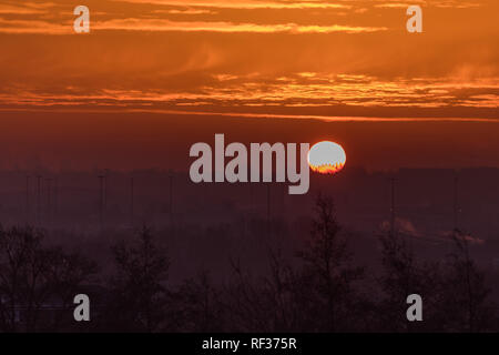 London, UK. 24th January, 2019. Sun rises behind the London Eye. Credit: amanda rose/Alamy Live News - Stock Image