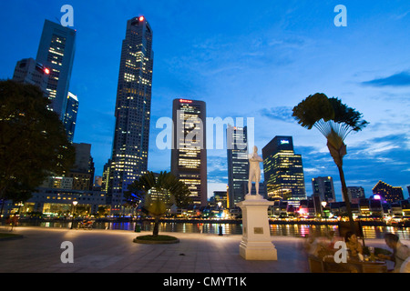 Skyline of Singapur, Raffles Statue, South East Asia, twilight - Stock Image