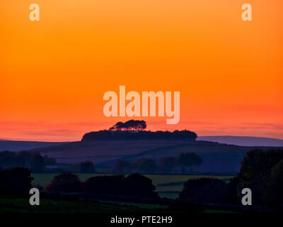 Minning Low hill. 9th Oct 2018. UK Weather spectacular sunset over Minning Low hill Historic England monument with a chambered tomb & two bowl barrows Peak District National Park, UK Credit: Doug Blane/Alamy Live News - Stock Image