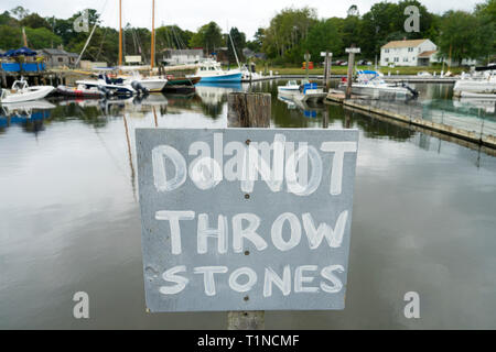Hand painted sign warning people not to throw stones in Kennebunkport harbor, Maine, USA. - Stock Image