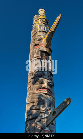 Haida Pole, 1984, by carvers Gerry Marks, Richard Hunt and Tim Paul, at Thunderbird Park, Victoria, Vancouver Island, - Stock Image