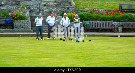 Men taking part in a bowls match. - Stock Image