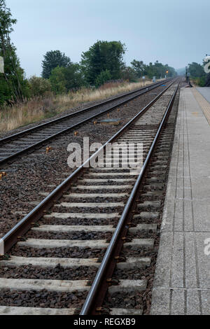 Empty train track heading off into the distance - Stock Image
