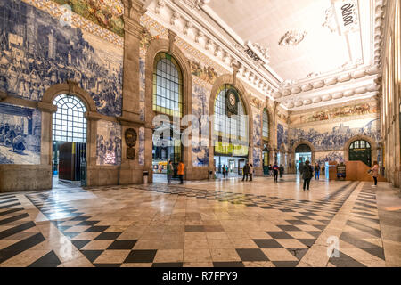 central hall with Azulejos, tile panels, train station Sao Bento,  Porto, Region Norte, Portugal, Porto, - Stock Image