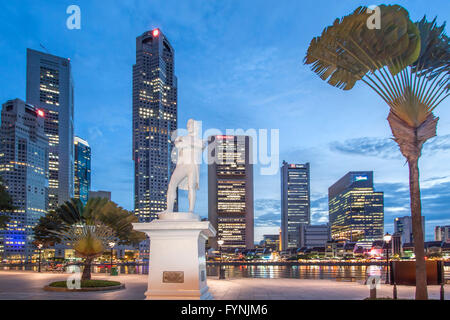 Skyline of Singapore , Raffles Statue,  South East Asia, twilight - Stock Image