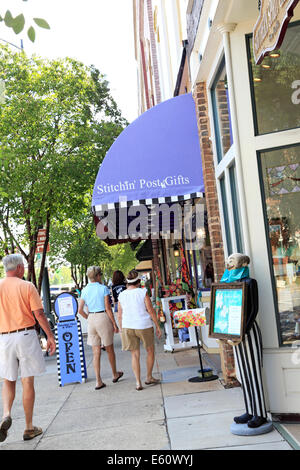 Salisbury, North Carolina. People shopping in a gift store. - Stock Image
