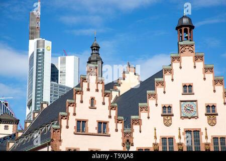 Der Römer, Rathaus von  Frankfurt am Main,  Wahrzeichen der Stadt, Treppengiebelfassade, hinten, modernes Bankhochaus der Commerzbank, - Stock Image