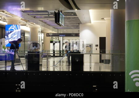 Toronto/Ontario, Canada, August 7, 2018: Union Station York Concourse is partially closed due to flood caused by heavy rain. Workers are cleaning the flooded areas with motion blur Credit: CharlineXia/Alamy Live News - Stock Image