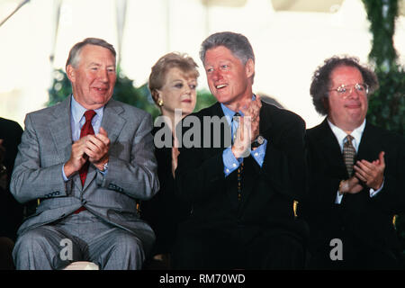 U.S. President Bill Clinton sits with Journalist Robert MacNeil, left, and Music Director of the Metropolitan Opera James Levine, right, during the National Medal of Arts and Humanities awards during a ceremony on the South Lawn of the White House September 29, 1997 in Washington, DC. - Stock Image