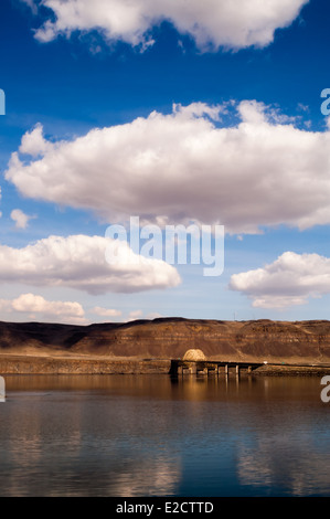 I-90 crosses the mighty Columbia River on a beautiful day near Vantage, WA. - Stock Image