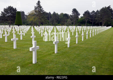 White crosses and graves at the Normandy American Cemetery and Memorial at Omaha Beach, Normandy, France, near Bayeux. - Stock Image