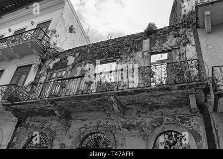 house ruin in casco viejo the historic city of panama city in black and white - Stock Image