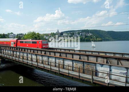Deutschland, Nordrhein-Westfalen, Wetter (Ruhr), Eisenbahnbrücke über die Ruhr parallel zur Friedrichstrasse, dahinter der Hartkortsee - Stock Image