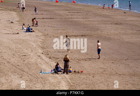 Dundee, Tayside, Scotland, UK. 7th July, 2018. UK weather: The heatwave continues with temperatures reaching 24º Celsius. People enjoying the hot sunny weather at Broughty Ferry beach in Dundee,UK. Credits: Dundee Photographics / Alamy Live News - Stock Image