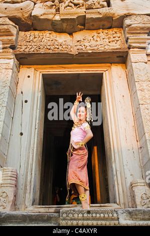 Thailand, Nakhon Ratchasima, Phimai.  Dancer at the Khmer temple of Prasat Phimai during the annual Phimai festival. - Stock Image