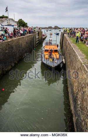 The RNLI vessel 'Lady of Hilbre' lifeboat from Hoylake enters Bude canal via the sea lock at high tide on 27 August 2016 - Stock Image