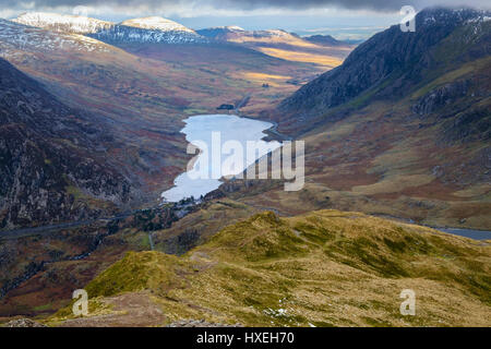 High view to Ogwen Valley and lake from Y Garn ridge path in Snowdonia National Park mountains. Ogwen, Gwynedd, - Stock Image