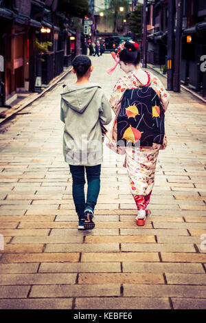 A maiko out in Gion, Kyoto - Stock Image