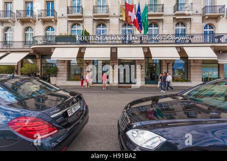 Schweiz, Kanton Genf, Genf, Stadt, Quai des Bergues, Four Seasons Hotel des Bergues, Luxushotel, Mercedes Limousinen - Stock Image