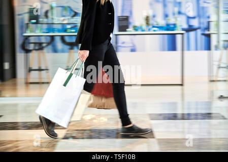 Businesswoman walking in hotel lobby - Stock Image