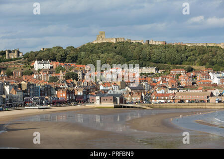 Scarborough beach with part of the city and Scarborough Castle above. unsharpened - Stock Image