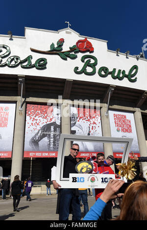 Pasadena, CA. 01st Jan, 2016. Fans gather before the 2016 Rose Bowl game between the Stanford Cardinal and the Iowa - Stock Image