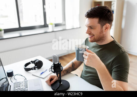 blogger with laptop and microphone audio blogging - Stock Image