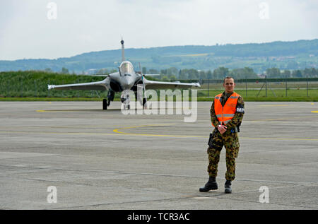 Swiss military police is guarding a French Air Force Dassault Rafale B 4-FU SPA 81 fighter aircraft, Payerne military airfield, Switzerland - Stock Image