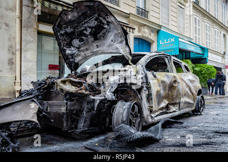 Paris, France. 1st December, 2018.  Destroyed car during the Yellow Vests protest against Macron politic. Credit: Guillaume Louyot/Alamy Live News - Stock Image