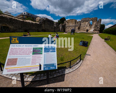 People Sitting on Grass, Dramatic Historic, Reading Abbey Ruins, Reading, Berkshire, England, UK, GB. - Stock Image
