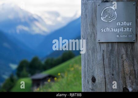 Österreich, Tirol, Stubaier Alpen, Neustift, Aussicht vom Naturschauplatz Kartnall in das Stubaital mit dem Stubaier Gletscher im Hintergrund - Stock Image