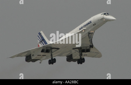 An Air France Concorde in flight makes its last landing at Le Bourget Airport in Paris June 2003 - Stock Image