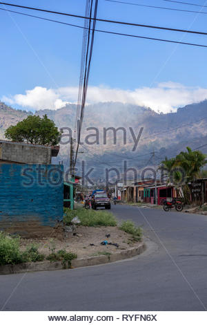 Smoke from freshly lit fires rise over the mountains near Jinotega, Nicaragua - Stock Image