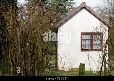 Gartenhäuschen mit weißer Putzfassade, Hamburg, Deutschland.   Garden shed with white rendered facade, - Stock Image