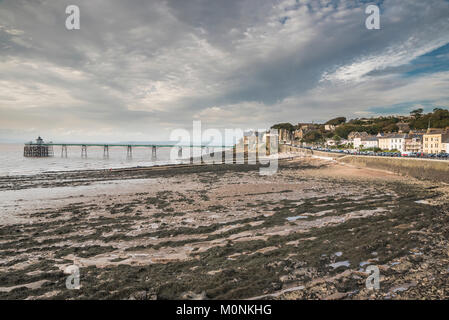 The beach and Victorian pier at Clevedon, Somerset, England - Stock Image