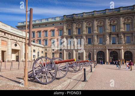 16 September 2018: Stockholm, Sweden - Field guns on display at the Royal Palace. - Stock Image