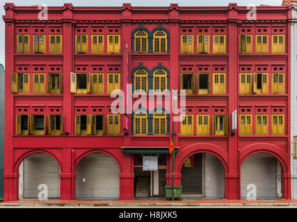 Colorful facade of a building in Chinatown. Singapore - Stock Image