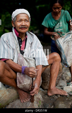 A Hanunoo Mangyan man mixes the ingredients for betel chew, or nga nga, in Oriental Mindoro, Philippines. - Stock Image
