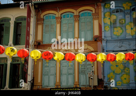Chinese lanterns in Pagoda Street, with traditional shophouse upper storey frontages in background. Chinatown, Singapore - Stock Image