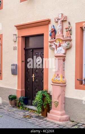 Wayside cross dedicated to Jesus and Mary, dated 1766 and 1817, outside a winemaker's house, Neumagen-Dhron, - Stock Image